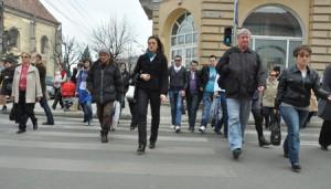 oameni-pe-strada