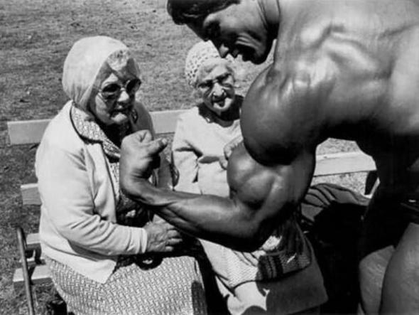 Arnold Schwarzenegger își arată mușchii în fața unor bătrâne, 1970