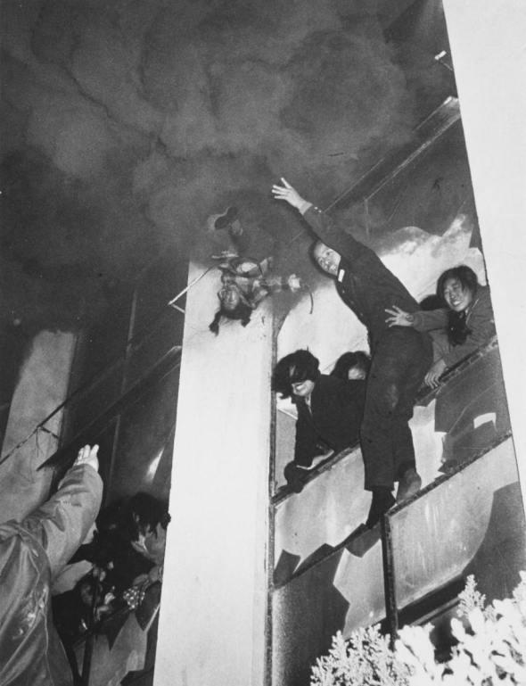 Un copil în vârstă de 6 ani aruncat de la etajul 3 în timpul unui incendiu, 1972