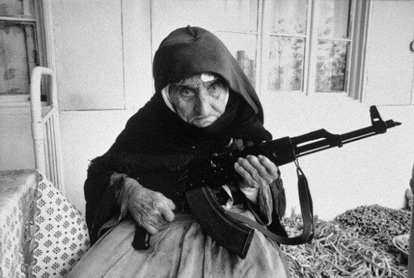 Bătrână armeană în vârstă de 106 de ani își păzește casa, 1990