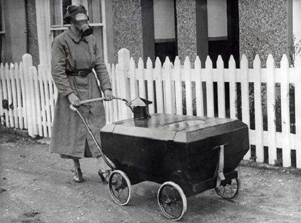Femeie cu un cărucior anti-gaze, Anglia, 1938