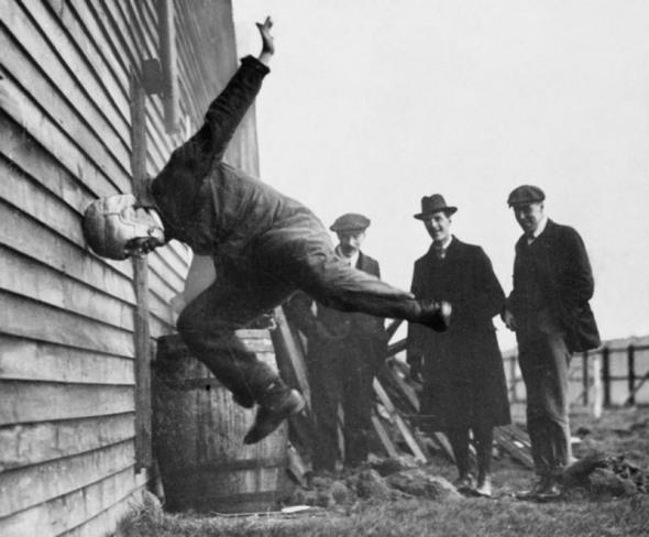 Testarea unei căști de rugby, 1912