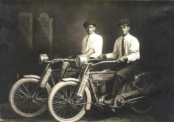 William Harley si Arthur Davidson, fondatorii companiei Harley Davidson